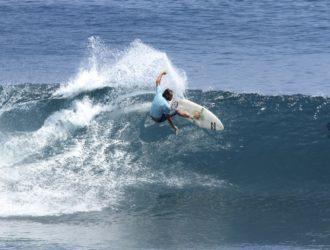 un surfeur sur une vague en Indonésie