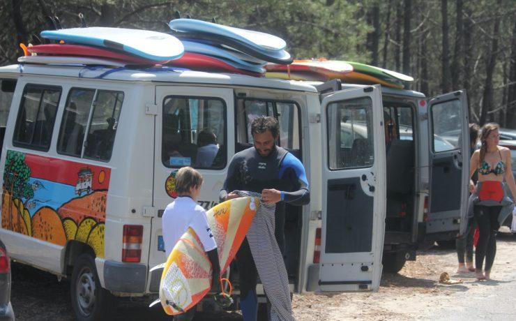 moniteurs de surf avec ses élèves devant le Magic bus