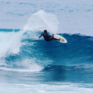 un surfeur sur une vague aux Canaries sur l'ile de Tenerife