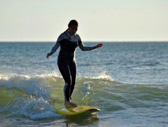 Une surfeuse dans un cours de Magic surf school