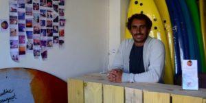 Adrien VALERO à l'accueil de son école de surf