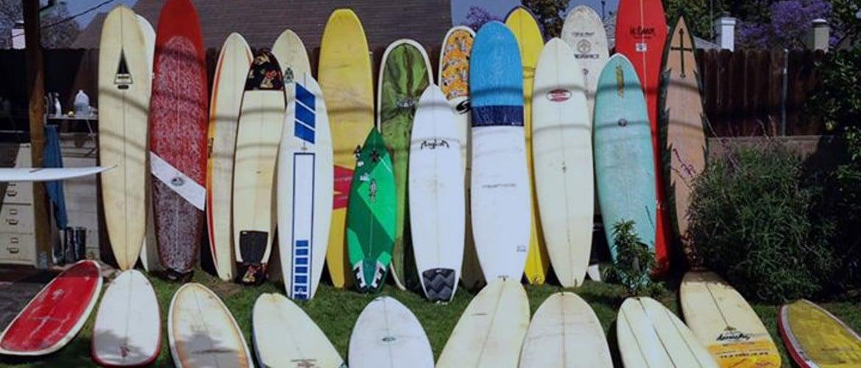 plusieurs planches de surf dans un jardin à lacanau