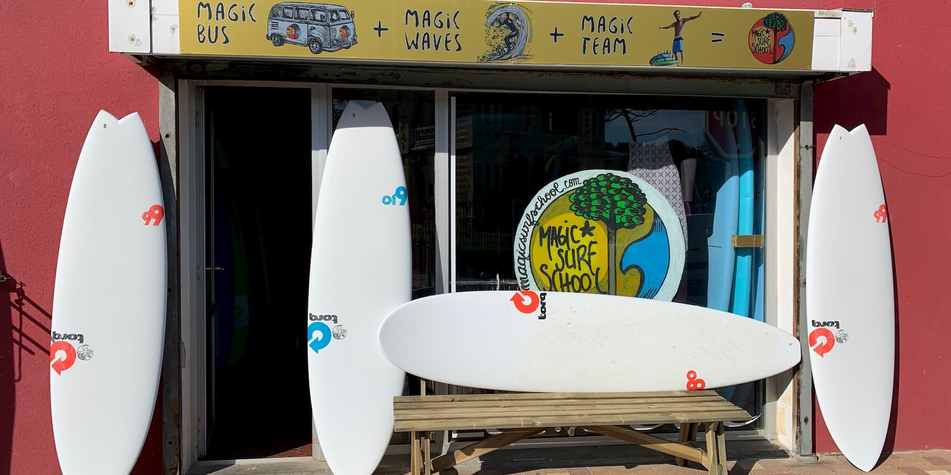 des planches de surf devant une ecole de surf à lacanau