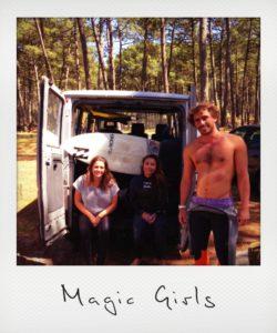 Des surfeuses assises dans un van de l'école de surf de Magic Surf School