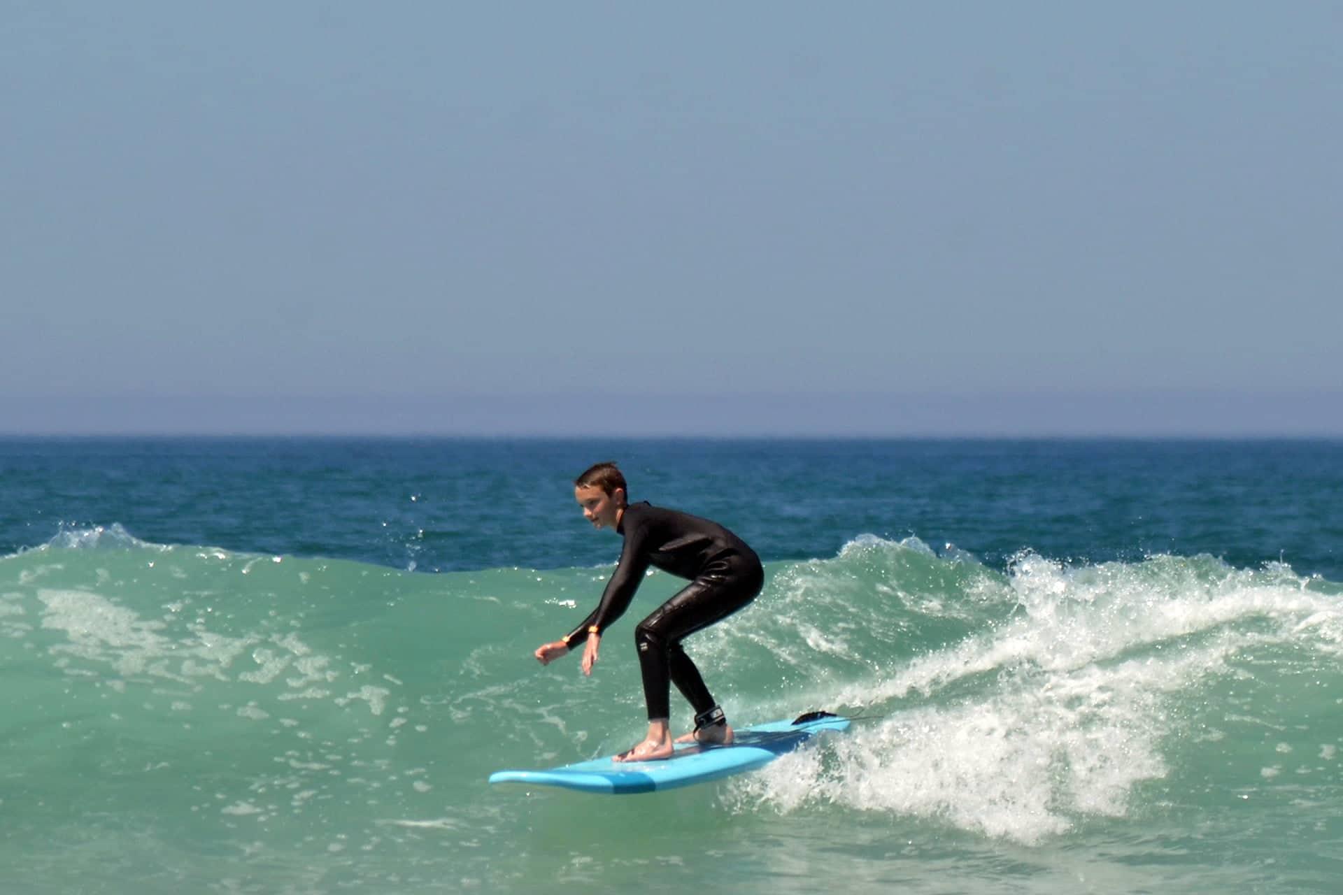 Jeune surfeur prenant une direction sur la vague lors d'un stage de surf avec Magic Surf School à Lacanau