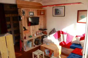 un intérieur cosy d'une école de surf à lacanau
