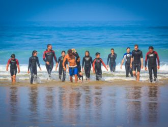 groupe de personnes qui part surfer