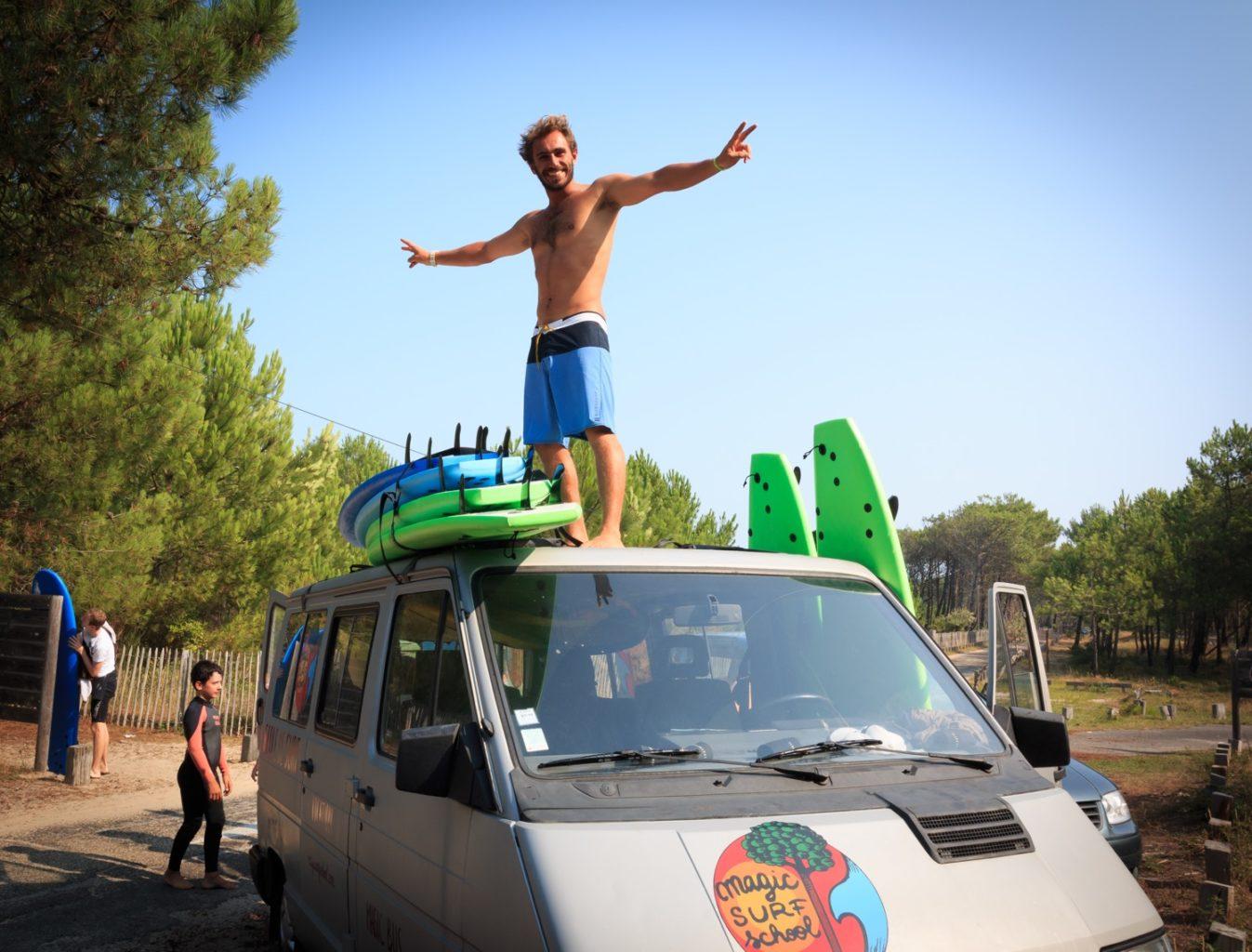 Adrien VALERO sur le toit du Magic bus à lacanau