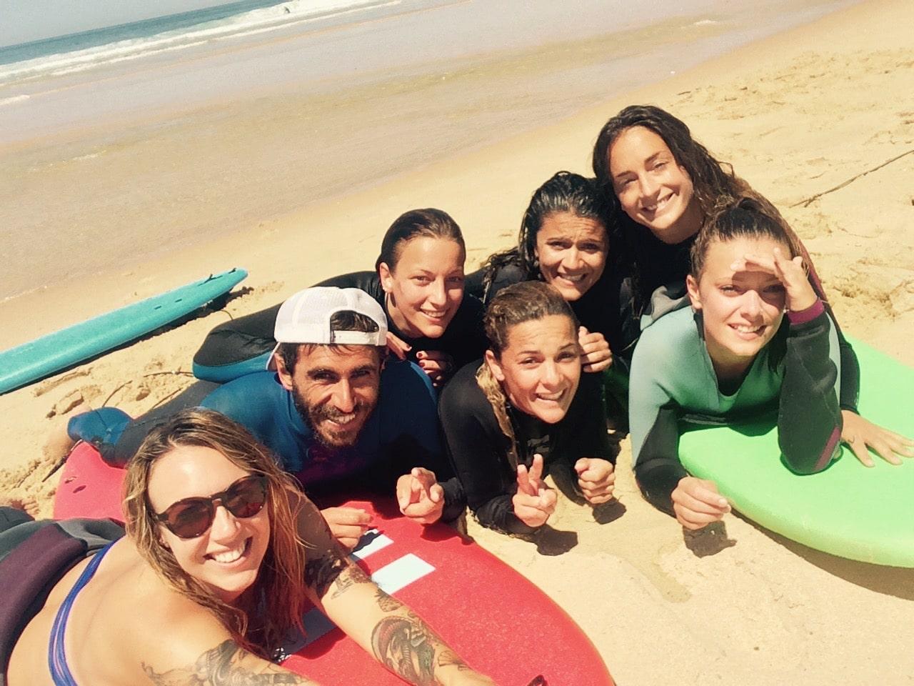 groupe de filles allongées sur les planches de surf à lacanau
