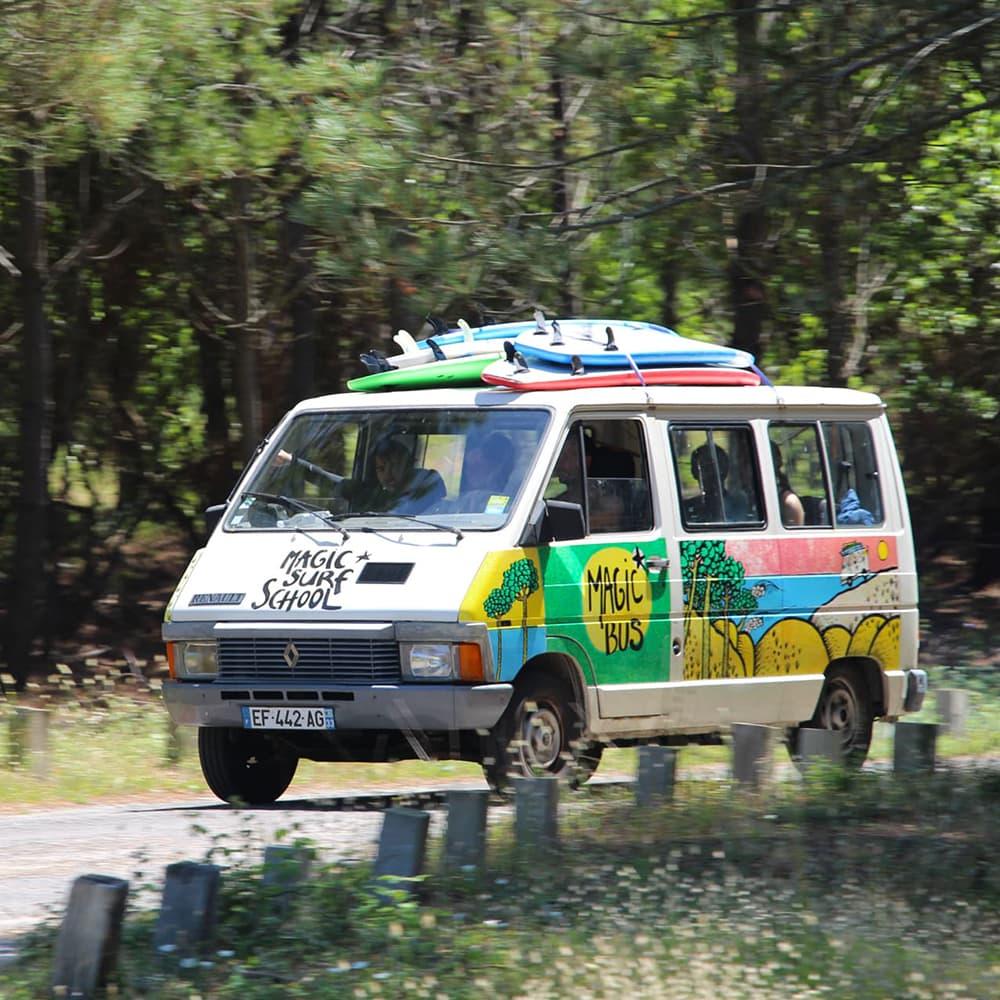 Le Magic Bus en pleine forêt de Lacanau se rendant sur les plages peu fréquentées de Lacanau sud