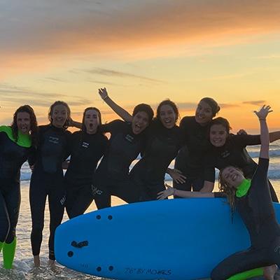 Groupe de surfeuses lors d'une séance d'initiation pour un enterrement de vie de jeune fille