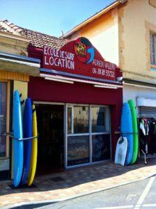 devanture d'une ecole de surf à lacanau
