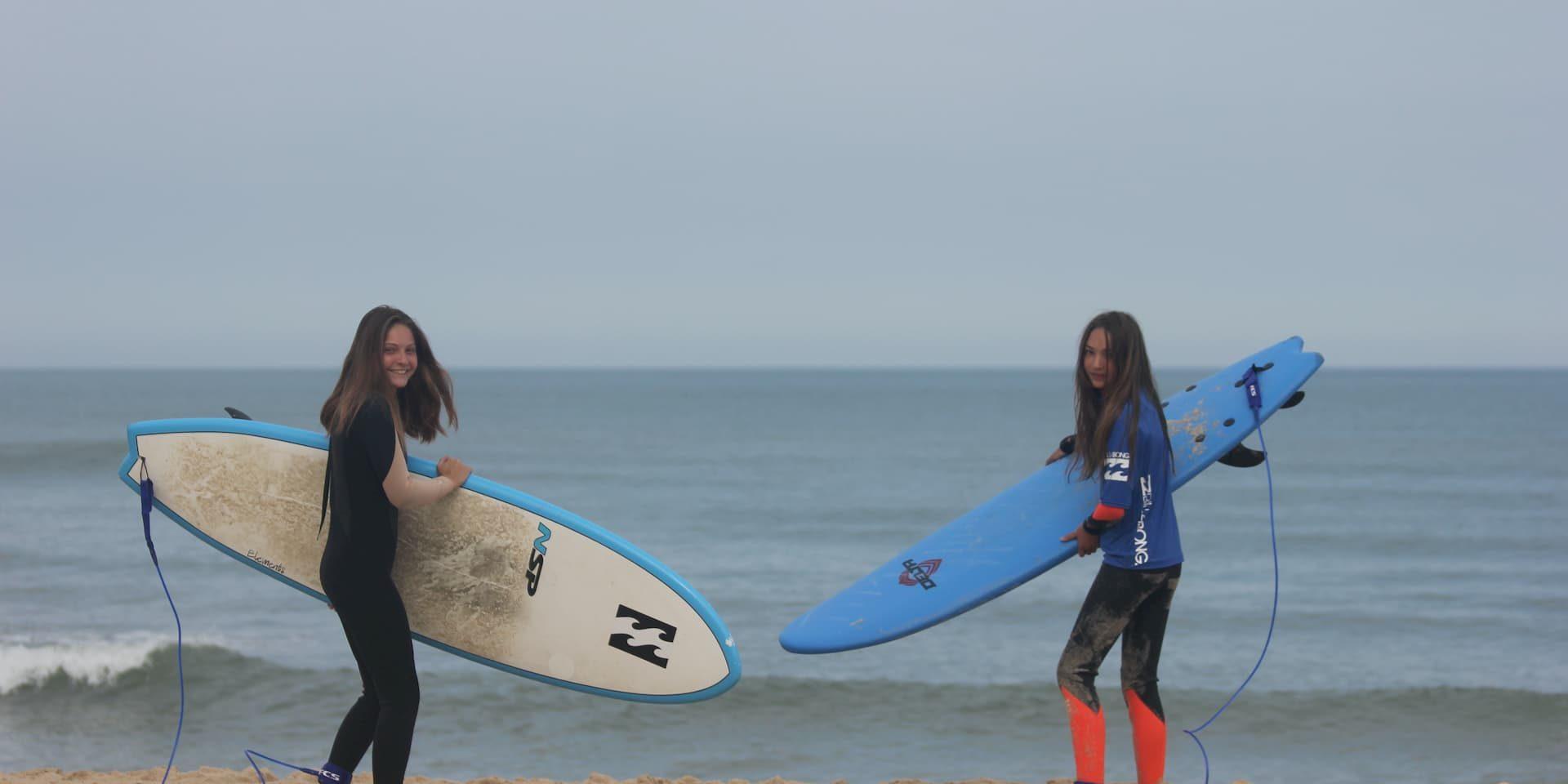 SURFEUSES SUR LA PLAGE DE LACANAU POSANT POUR MAGIC SURF SCHOOL