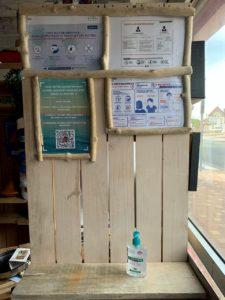 Photo montrant les pratiques sanitaires pour le covid 19 dans une école de surf